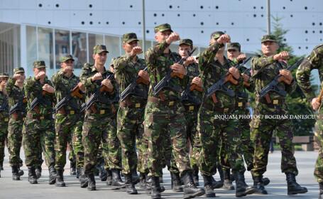 """Militari participa la ceremonia acordarii Drapelului de Lupta catre Batalionul 116 Sprijin logistic """"Iancu Jianu"""" din municipiul Craiova si sarbatoririi a 55 de ani de la infiintarea unitatii, luni 1 august 2016, la Craiova"""