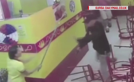 Au vrut sa jefuiasca un restaurant, dar s-au speriat, iar casierita i-a alungat cu mopul. Cum s-au facut de ras doi hoti