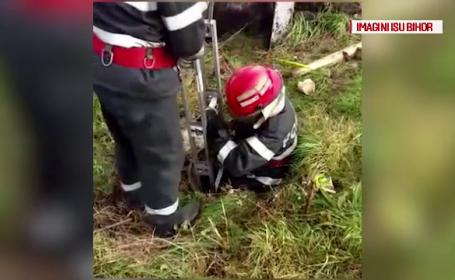 Operatiune dificila de salvare a unui caine cazut intr-un canal. Un pompier a fost nevoit sa coboare la trei metri adancime