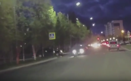 Mergeau pe trecerea de pietoni, cand o masina a intrat in ei in plin. Ce s-a intamplat cu cei patru tineri. VIDEO