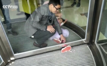 Unei fetite de 4 ani i-a ramas piciorul blocat sub o usa turnanta, iar rudele ei s-au speriat. Cum a fost salvata. VIDEO
