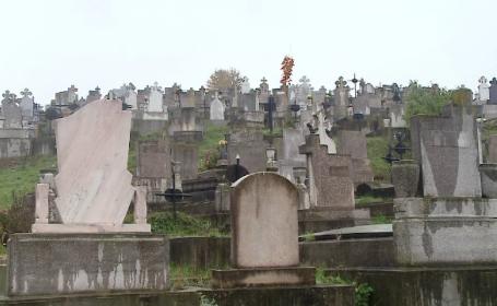 Descoperire macabra intr-un cimitir din judetul Salaj. Oamenii au gasit trupul carbonizat al unei femei