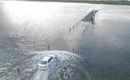 Imagini fantastice in Marea Britanie. Cum a ajuns o masina Uber sa mearga prin apa. VIDEO filmat cu drona