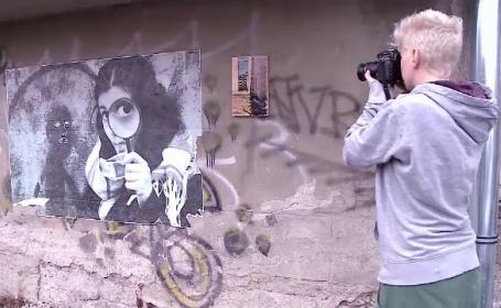 Doua artiste din Cluj Napoca, o fotografa si o pictorita, fac tablouri pe care le lasa apoi in diferite locuri din oras