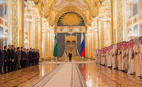 Regele saudit a venit cu 1.500 de însoţitori la Moscova. Un avion face naveta ca să le aducă mâncarea
