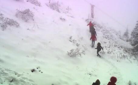 Aproape un metru de zăpadă la Vârful Omu. Drumurile care sunt blocate de nămeţi