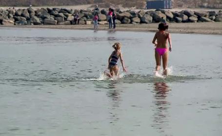 Zi de plajă la mijlocul lunii octombrie. Apa mării a avut 18 grade C