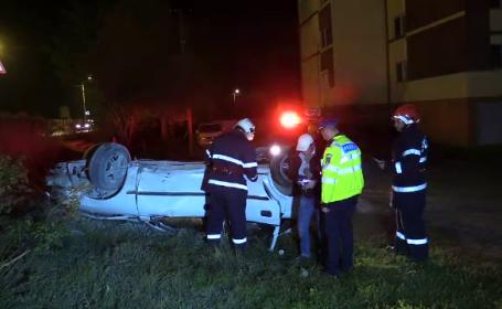 Un șofer băut s-a răsturnat cu mașina pe un spațiu verde din Dej