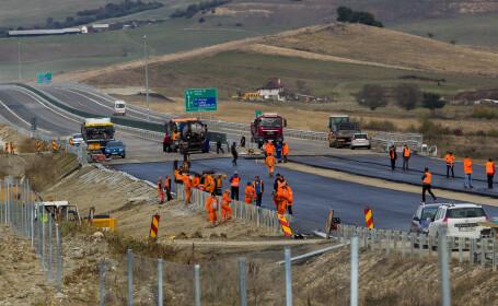 Muncitori lucreaza la autostrada A1, tronsonul Sibiu-Orastie