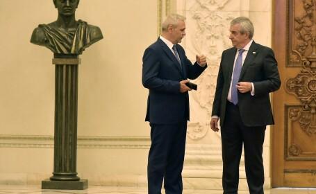 Liviu Dragnea (stg.), presedintele Camerei Deputatilor, si Calin Popescu-Tariceanu (ctr.), presedintele Senatului, discuta pe holurile Parlamentului