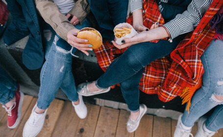 De ce simt adolescenţii nevoia de mâncare nesănătoasă. Legătura cu somnul şi telefoanele