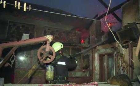 Case distruse de foc după ce o femeie a făcut focul în sobă. Greșeala comisă