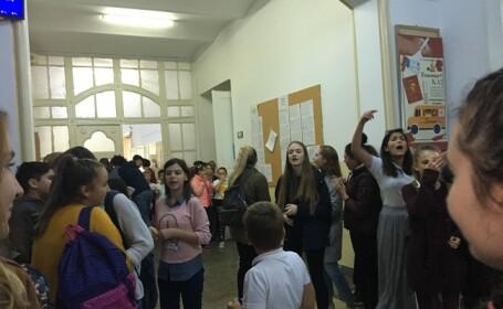 """Protest al elevilor din Timişoara care vor să fie lăsaţi să iasă în stradă în timpul pauzelor: """"Vrem schimbare!"""""""