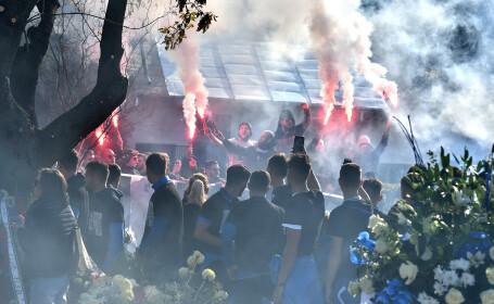 Suporteri asistă la slujba de înmormântare a fotbalistului Ilie Balaci, la cimitir