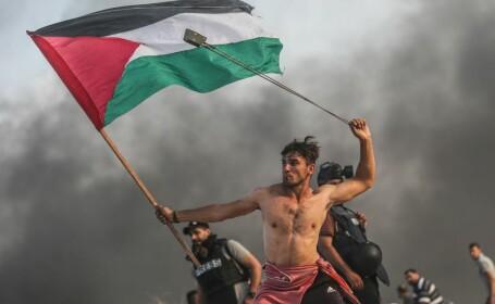 Un protestatar palestinian, surprins într-o ipostază care amintește de o pictură din 1830