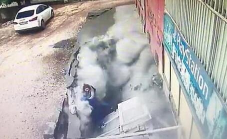 """Momentul în care două femei au fost """"înghițite"""" de o groapă uriașă, după ce asfaltul a cedat sub ele"""