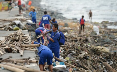 Filipine, devastată de taifunul Yutu. Trei copii, găsiți morți împreună cu tatăl lor, în casa înghițită de pământ