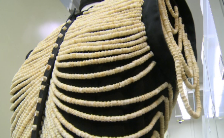 O femeie a creat o rochie din oase de pește și 20.000 de mărgele