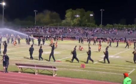 Ce s-a întâmplat cu fanfara unui liceu, atunci când a început să cânte în pauza unui meci