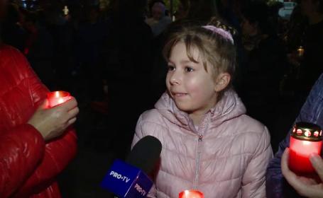Reacția unei fetițe adusă de părinți la moaștele Sfintei Parascheva: \