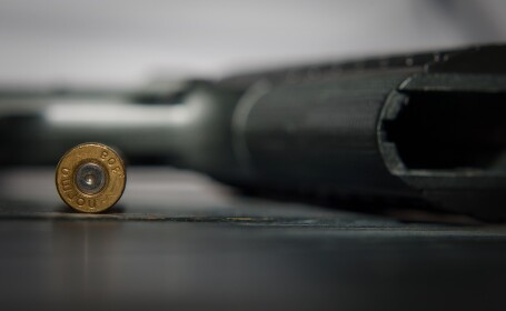 Un primar din Maramureș şi-a împuşcat accidental vecina, cu o armă cu alice