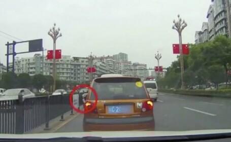 Bărbat filmat în timp ce arunca o pisică pe geamul mașinii. Ce sancțiune a primit