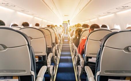 Cuplu surprins în ipostaze intime în avion. Reacția personalului de la bord. VIDEO