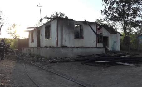 Arestat după ce și-a dat foc la case și și-a lăsat cei patru copii pe drumuri. Ce s-a întâmplat