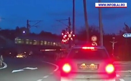 Mașină spulberată de trenul București Viena. Șoferul a sărit în ultimul moment din calea locomotivei