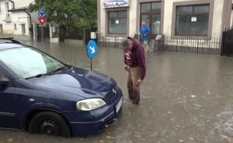 O ploaie torențială a făcut prăpăd în orașul Botoșani. Mașinile au rămas blocate în şuvoaie