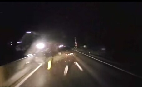 VIDEO. Momentul în care un microbuz lovește un parapet și se răstoarnă pe DN1