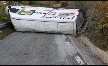 O autoutilitară care transporta câteva tone de cartofi s-a răsturnat pe un drum din Dâmbovița
