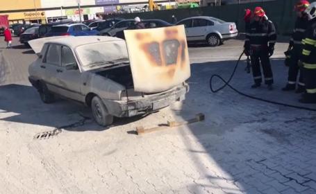 Mașină în flăcări, într-o parcare a unui supermarket din municipiul Târgoviște