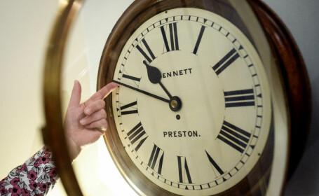 România trece la ora de iarnă: ora 04.00 va deveni ora 03.00. Când se va renunța la acest obicei