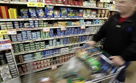 """Români din Italia, prinși după ce au furat peste 1.000 de conserve de ton. Cum a ajuns un bebeluș """"complice"""""""