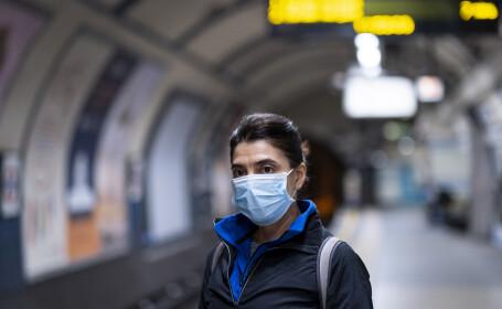 Femeie cu mască de protecție