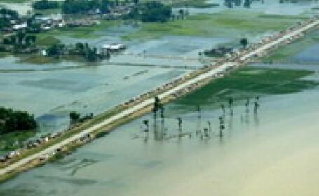 Inundatiile din India au facut 100 de victime