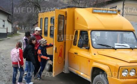 Merg la scoala trasi de tractor, desi microbuzele scolare zac nefolosite