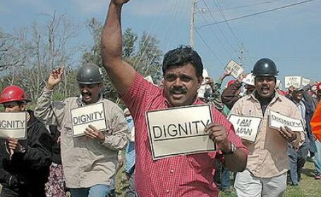 Zeci de angajati ai unei companii indiene si-au batut directorul