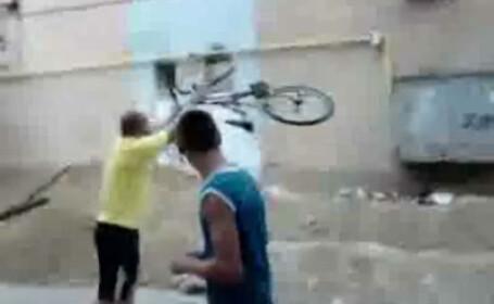 Taxa auto naste monstri! Tanar umilit de un smecher de cartier! VEZI VIDEO!