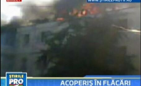 Panica intr-un bloc din Bacau! Acoperisul a fost cuprins de flacari!