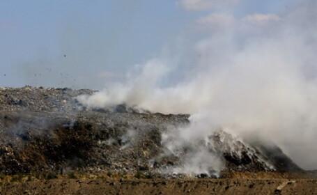 Arde groapa de gunoi a Brasovului. Fumul gros acopera o parte din oras