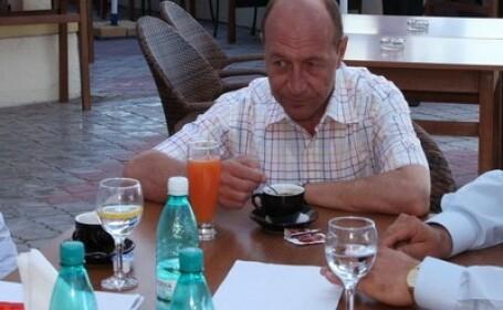 Basescu ar fi vrut sa bea o bere cu liderii PDL, dar acestia se fotografiau cu tinerii din partid