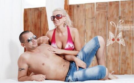 Cine este barbatul dintre cele doua blonde? Pe Facebook e la putere, la munca, in opozitie. FOTO