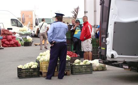 Razie in Piata de Gros din Timisoara. Comerciantii au ramas fara marfa si s-au ales cu amenzi