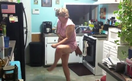 CLIPUL SAPTAMANII. Un tanar si-a filmat mama, somnambula, in timp ce isi face de cap prin casa.VIDEO