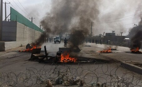 Protestele musulmane au ajuns in Afganistan. Multimea furioasa a atacat bazele militare NATO si SUA