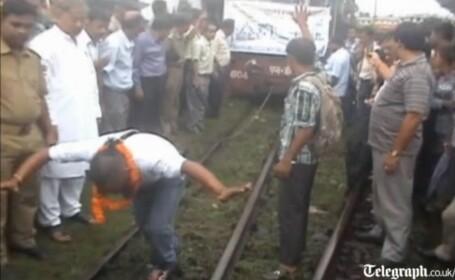 Indian care trage un tren cu parul