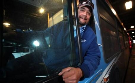 Un sofer si-a emotionat toti pasagerii dupa ce a oprit masina pentru a ajuta o persoana nevoiasa