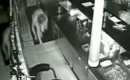 A intrat doar in lenjerie intima ca sa fure din restaurant. Cine era hotul surprins de camere